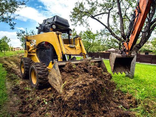 Výkopy, úpravy terénu, instalace nádrží a ČOV, základy. Dovoz a přeprava sypkých materiálů. Zemní práce provádíme pásovými rypadly Takeuchi 2.5t – 4t, traktorbagrem Caterpillar, drážky pro kabely a závlahu rýhovačem TORO TRX.